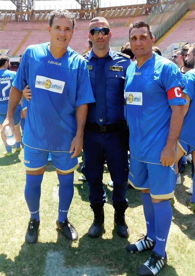 due calciatori e un uomo della sicurezza