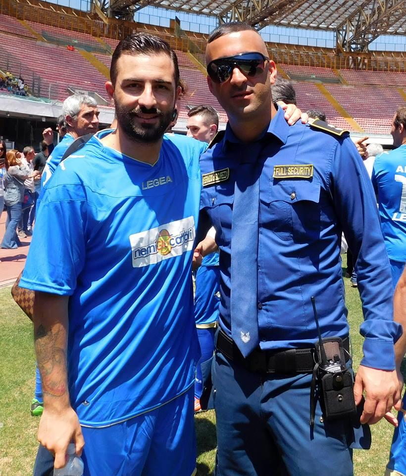 uomo della sicurezza che si scatta foto con un calciatore