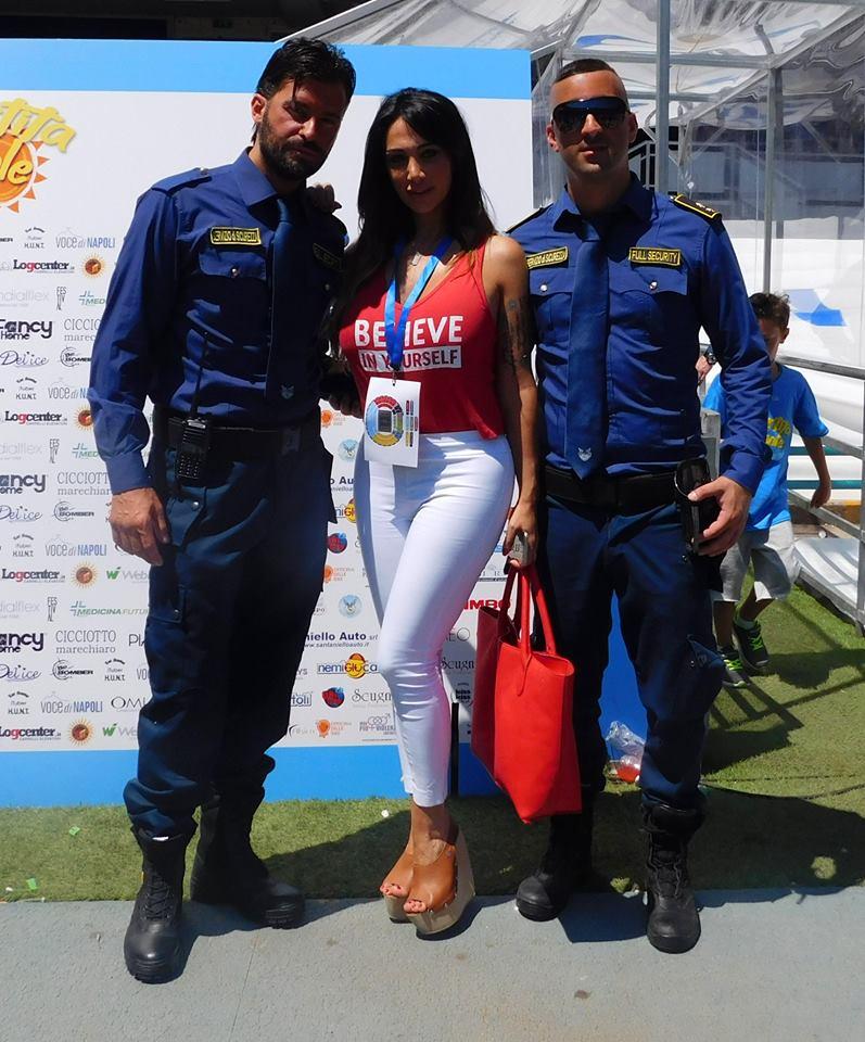 una ragazza e due uomini della sicurezza