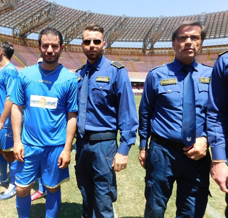 foto di gruppo tra calciatori e uomini della sicurezza