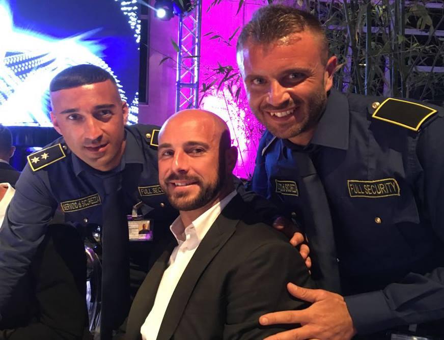 due ragazzi della sicurezza che si fanno la foto con un uomo