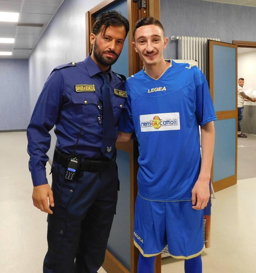 uomo della vigilanza con calciatore