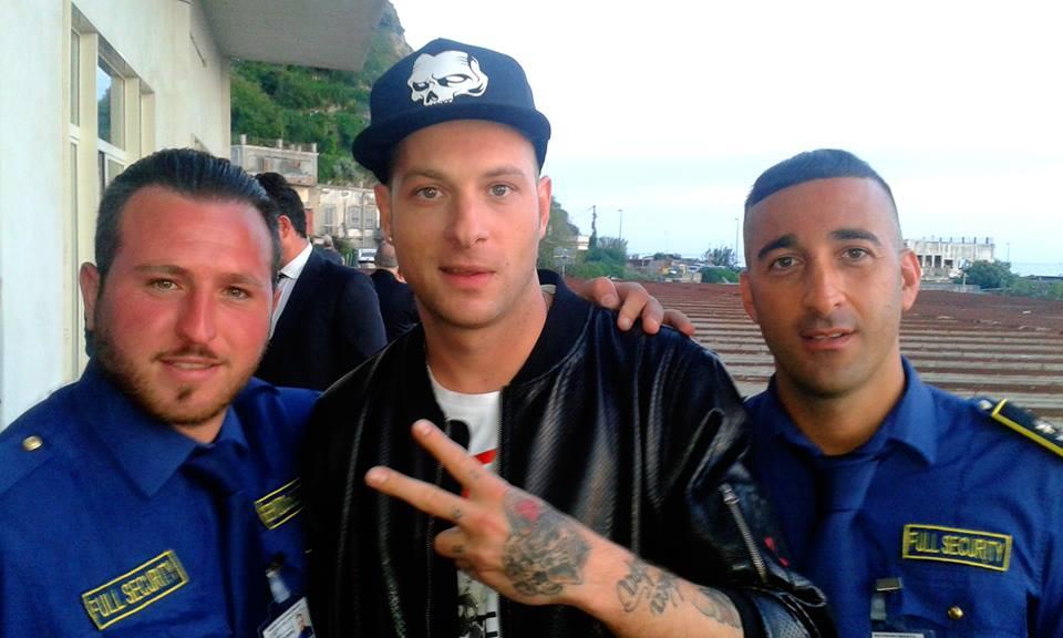 due uomini della sicurezza con noto cantante italiano