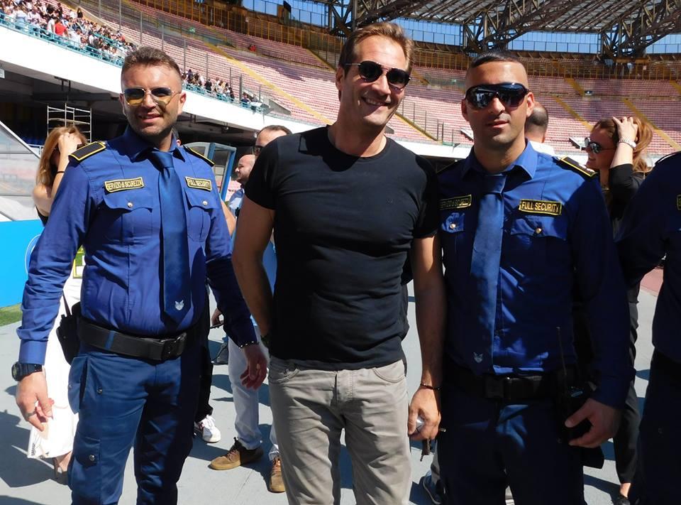 due uomini della sicurezza e unuomo in posa foto