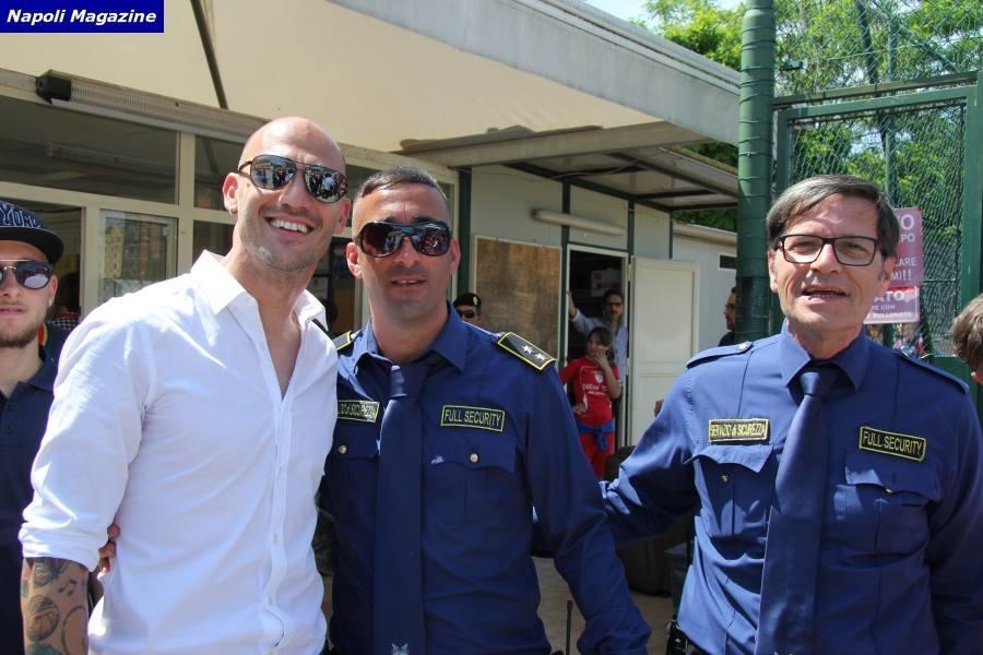 foto di gruppo con due bodyguard