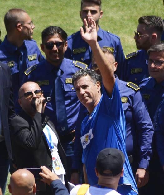 bodyguard e uomo con microfono
