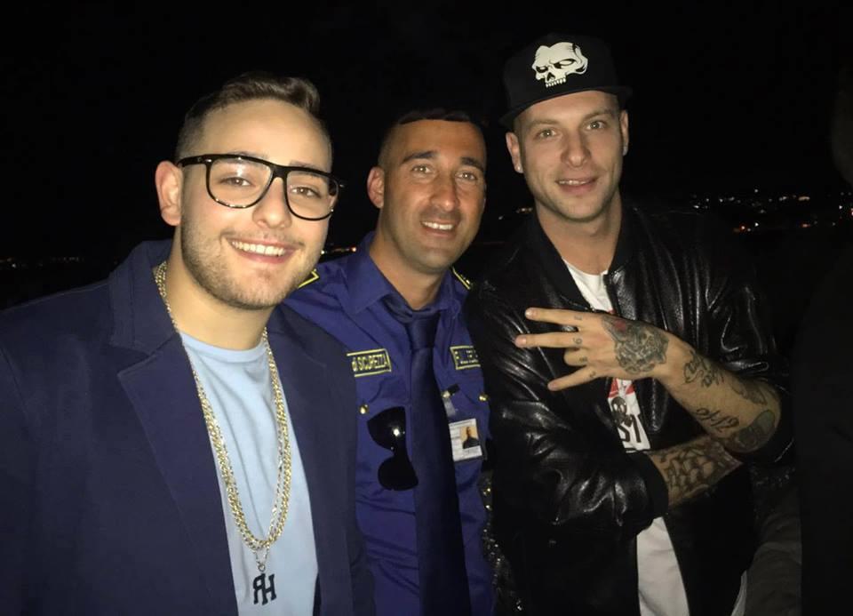 una bodyguard con due cantanti rap italiani