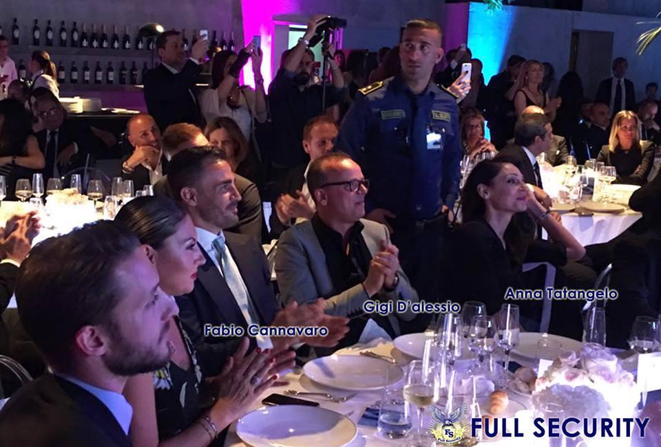 persone sedute a un tavolo durante celebrazione evento