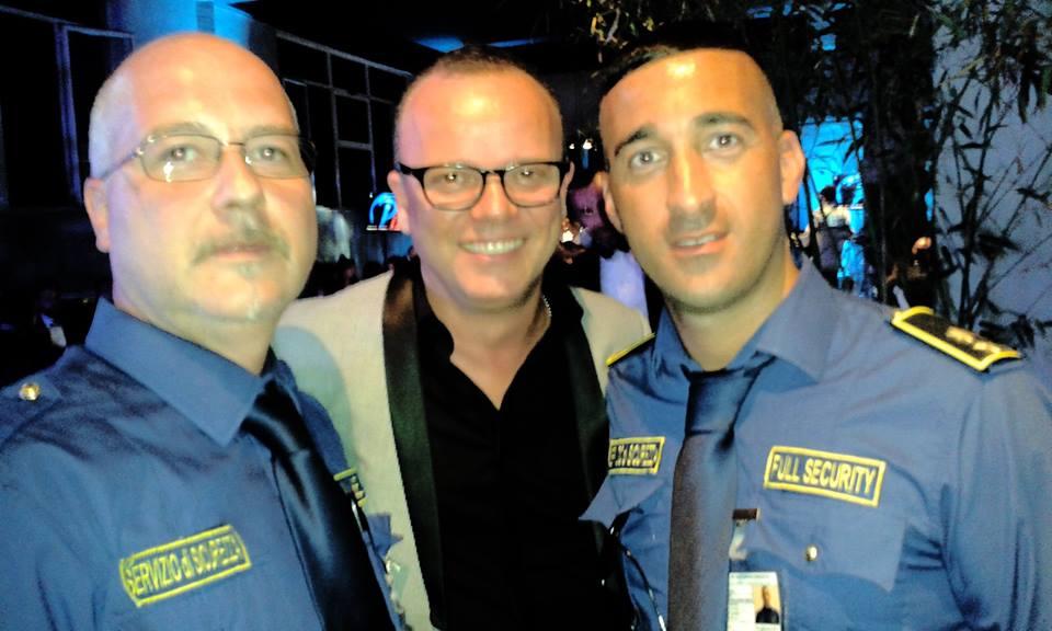 due bodyguard con noto cantante napoletano