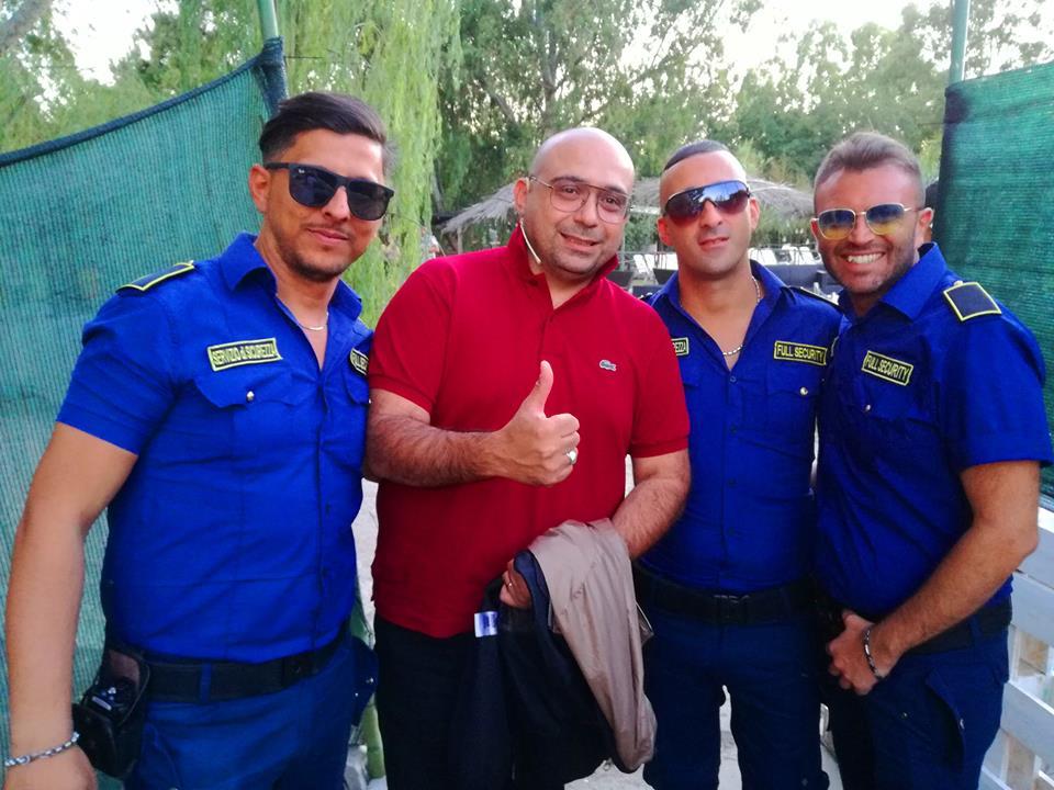 alcuni bodyguard e una persona con maglietta rossa
