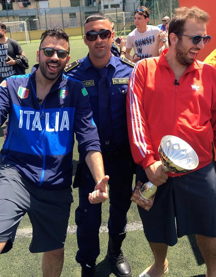 uomini contenti con in mano una coppa