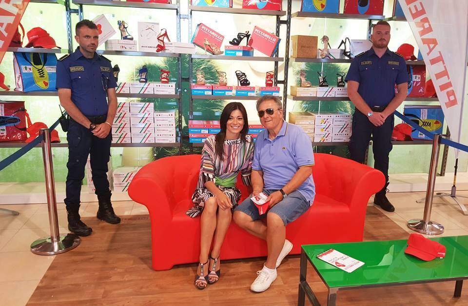 due persone sedute su un divano rosso e due vigilanti