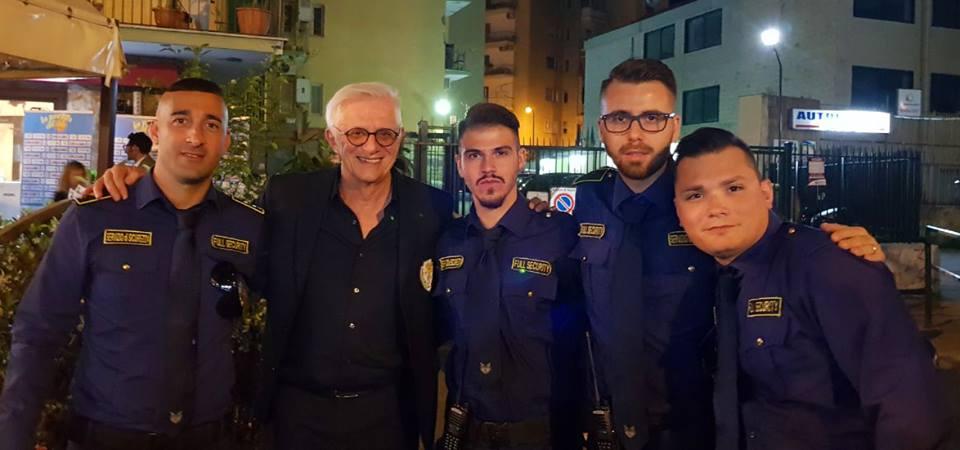 due bodyguard che si fanno una foto con un uomo