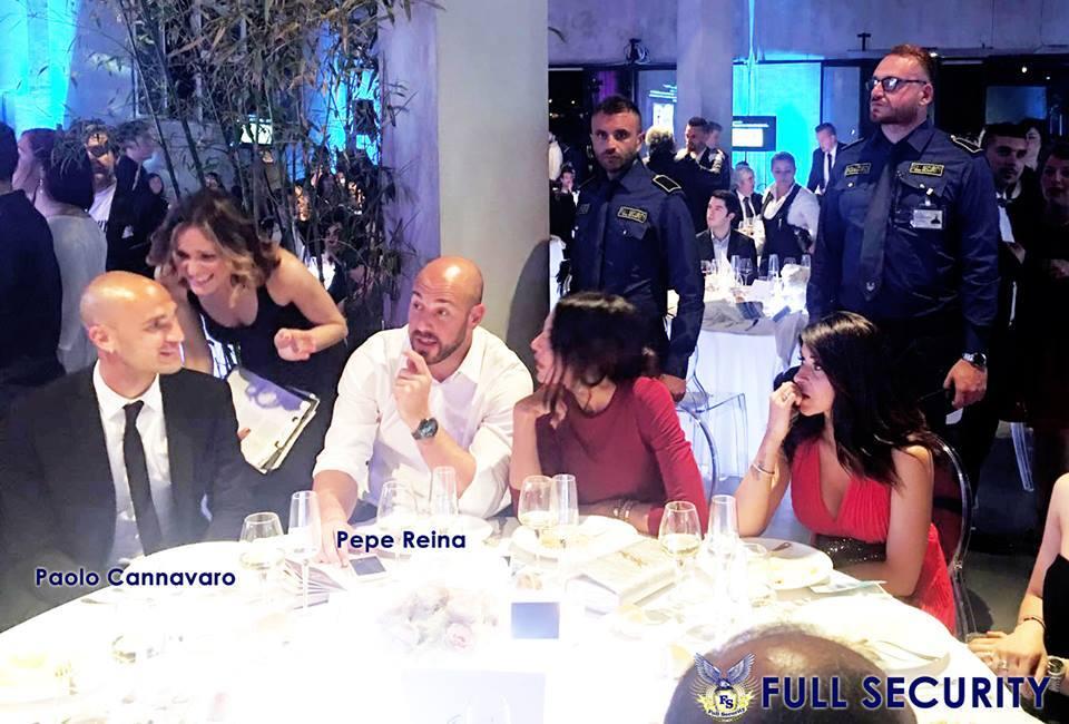 persone sedute a un tavolo durante una serata