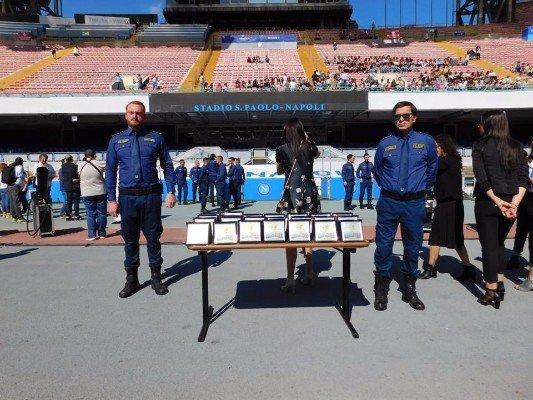 All'interno dello stadio con tavolo pieno di trofei