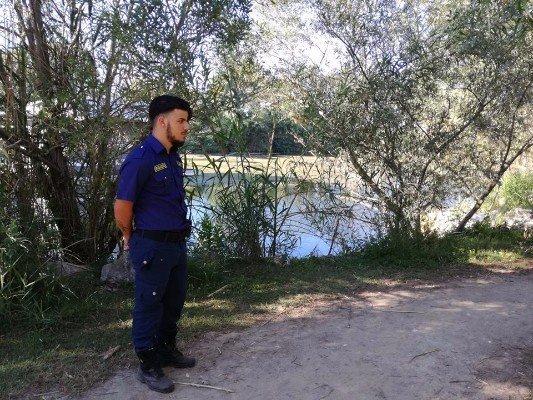 uomo della vigilanza e sullo sfondo un lago