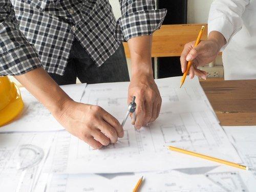 Progettista edile realizza il disegno di un progetto