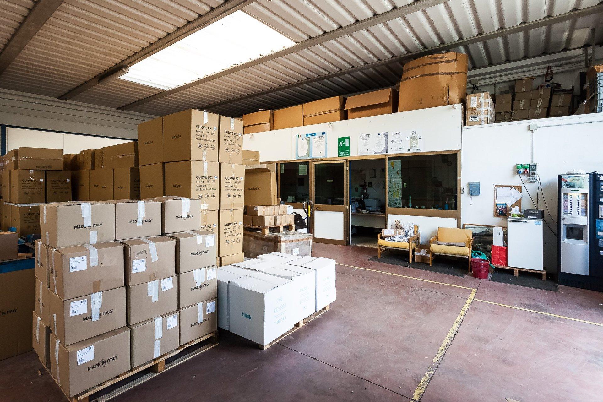 magazzino per lo stoccaggio di articoli in plastica
