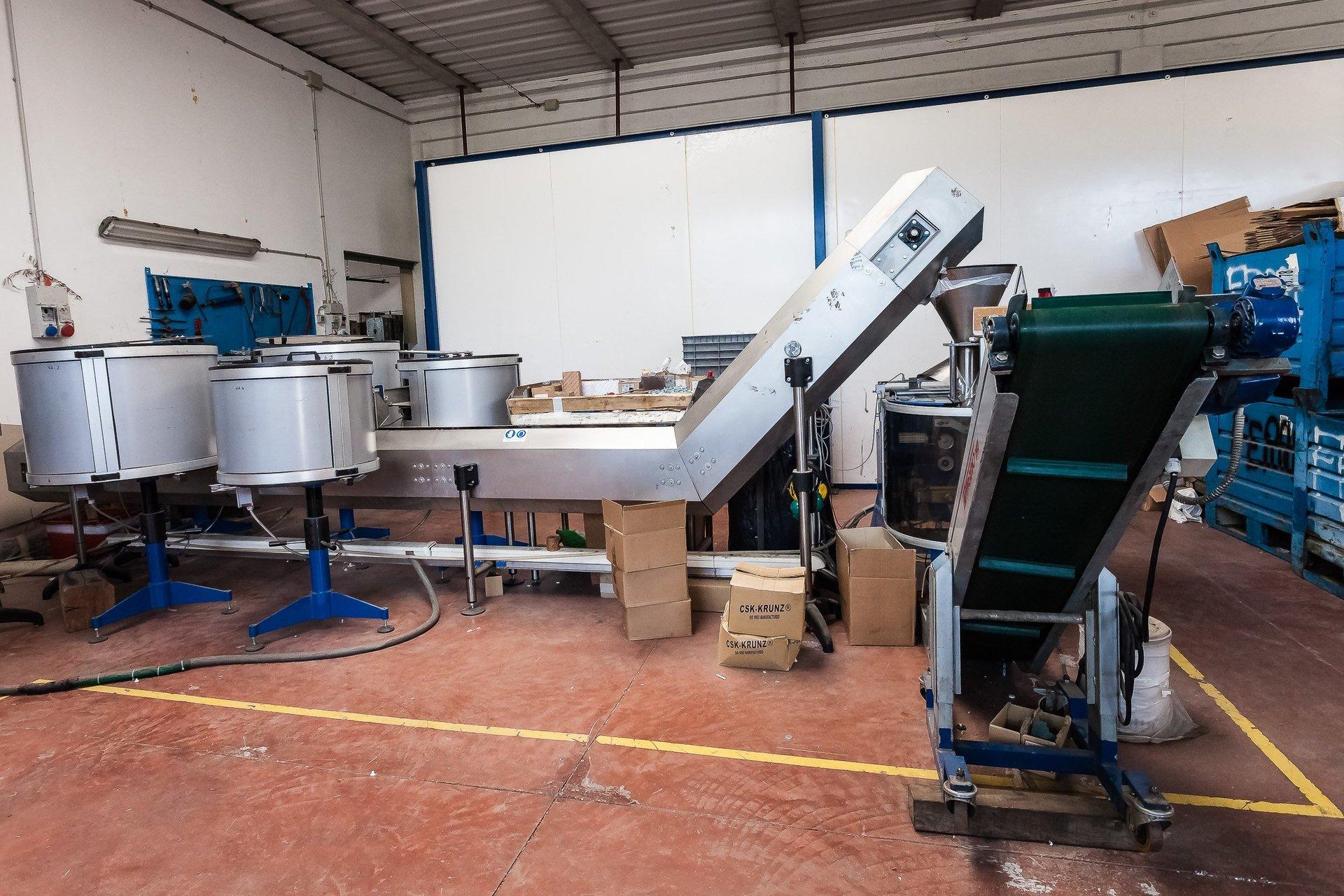 macchina per la produzione di oggetti in plastica