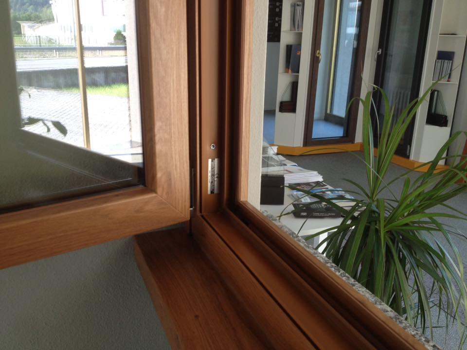 Dettaglio dell'infisso di una finestra in legno a Teglio