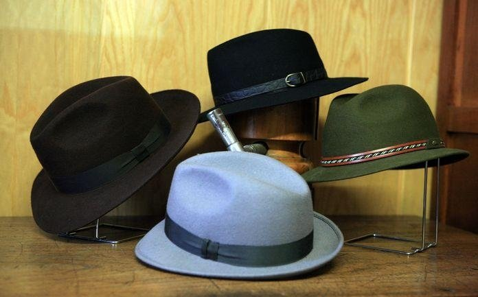 Cappelli da uomo in feltro in diversi colori