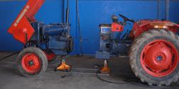 trattore in riparazione
