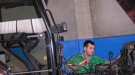 Davide ripara un trattore