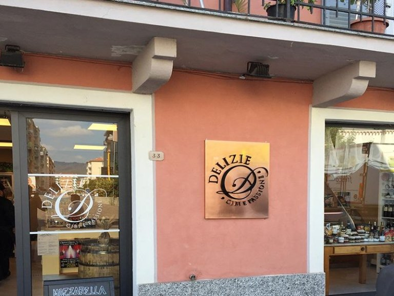 Molto Locali pubblici - Savona - Arredo insegne LA46