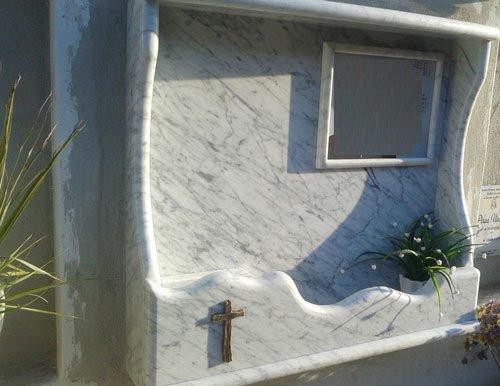 Lapide in marmo chiaro lavorata artigianalmente