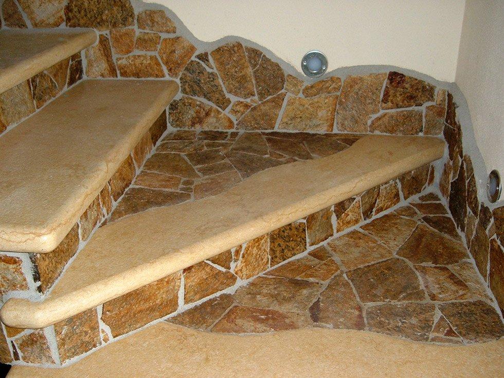 Dettaglio di scala con inserti di granito multicolore