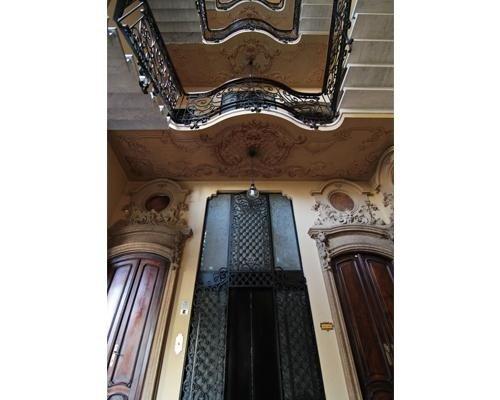 Ingresso ascensore in palazzina storica