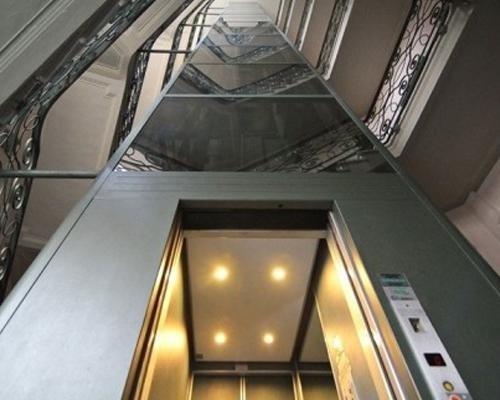 Installazione ascensori moderni in acciaio
