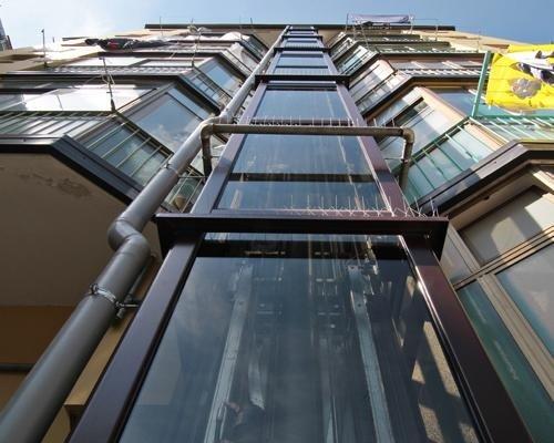 Condominio con ascensore esterno