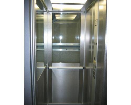 Interno ascensore moderno