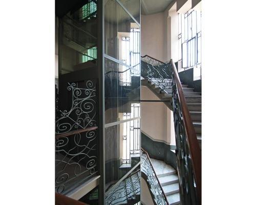Scale con ascensori in vetro