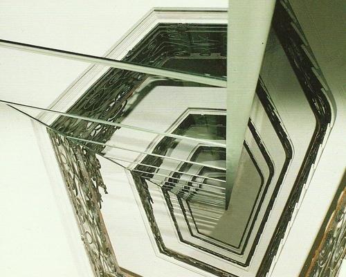 Dettaglio ascensore a specchio