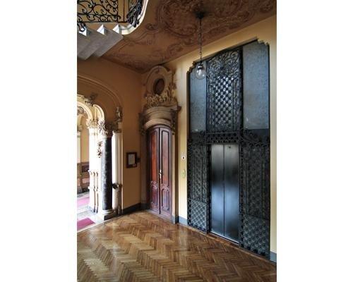 Vecchio ascensore rimodernato