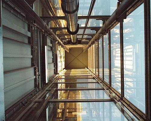 Ascensore in vetro e metallo