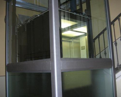 Ascensore condominiale in vetro e acciaio