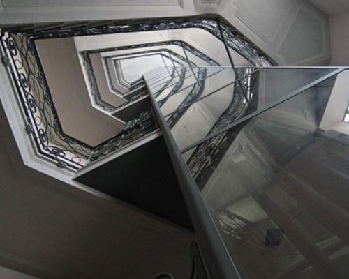 Installazione ascensore in vetro e acciaio