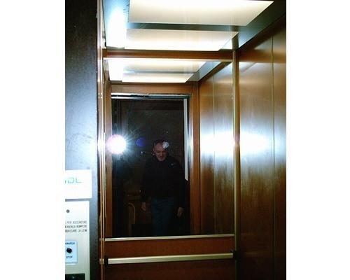 Interno ascensore in legno
