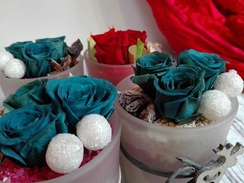 i contenitori di plastica con delle rose verdi smeraldo