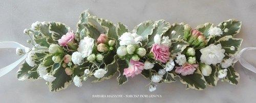 una composizione di fiori rosa e bianchi