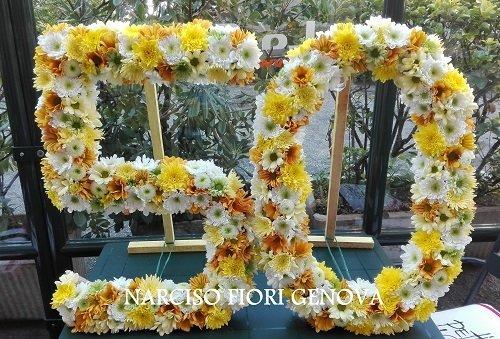 una composizione floreale bianca arancione con il numero 50
