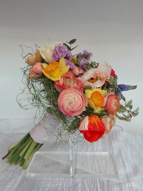 un mazzo di fiori colorati