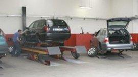 sostituzione gomme station wagon, ponte sollevatore auto, smontaggio pneumatici