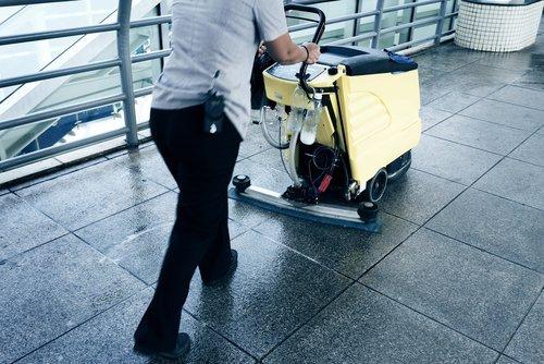 Operatore usa lucidatrice su un pavimento