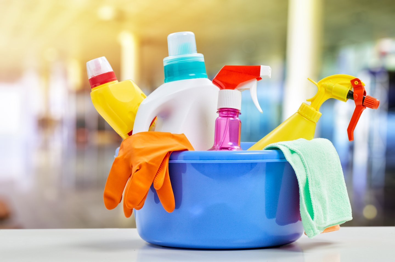 Bacinella con prodotti detergenti