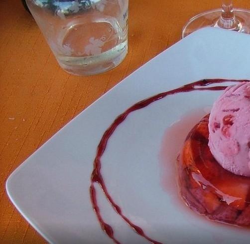 Gelatina di fragola con gelato