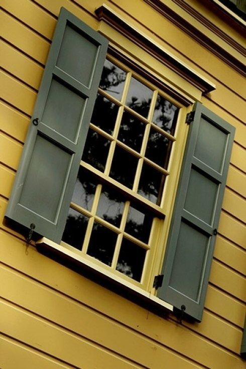 Scuri per finestre in legno.